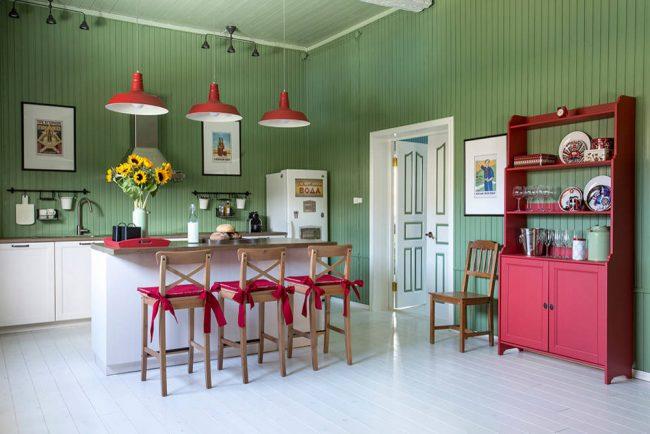 Активный малиново-красный отлично оттеняет сдержанный оливковый цвет стен