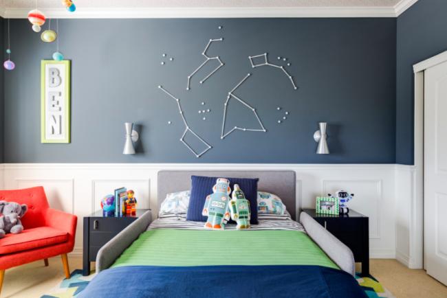 Для небольших детских лучше всего подойдет приглушенно светлая мебель и отделка стен