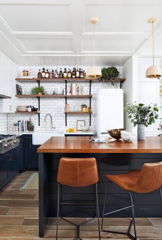 Если ваша кухня не располагает большими площадями - попробуйте отказаться от навесных шкафчиков на стене в пользу открытых полок. Габаритные кастрюли и прочие аксессуары вполне влезут в нижние кухонные тумбы