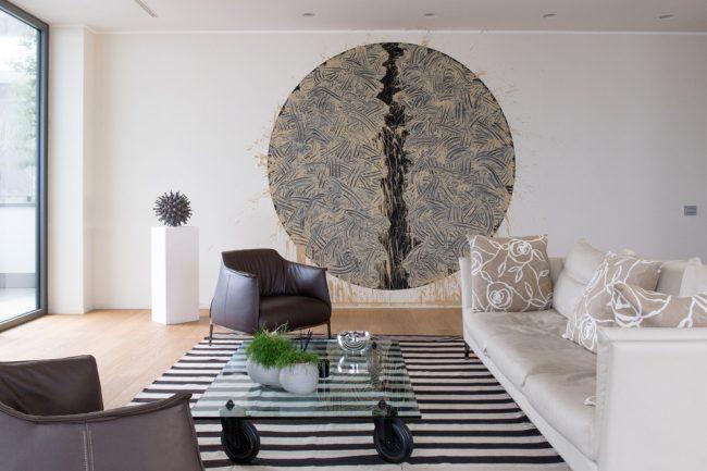 Ковер или подиум отлично разграничит зоны в небольшой квартире при наличии совмещенных комнат