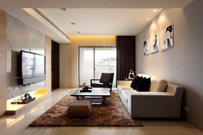 Пушистый мягкий ковер цвета капучино в центре комнаты