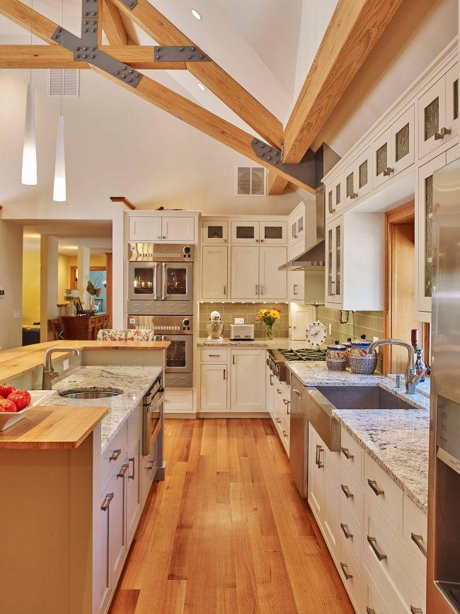 Яркий и в то же время сдержанный дизайн кухни в стиле кантри