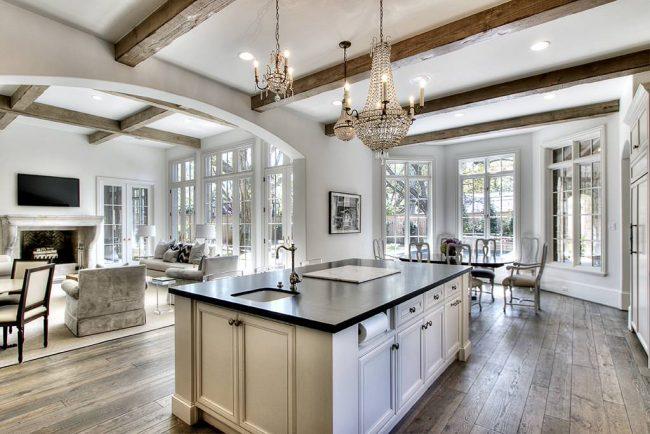 Бежево-серый цвет кухни хорошо сочетается с натуральным теплым оттенком деревянных балок