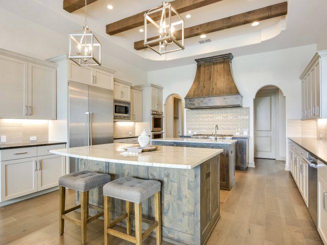 Сочетание белого и бежевого цвета дарит кухне легкость и воздушность