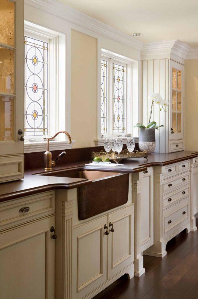 Использование в дизайне кухни бежевого и коричневого цветов придает ей строгости и утонченности