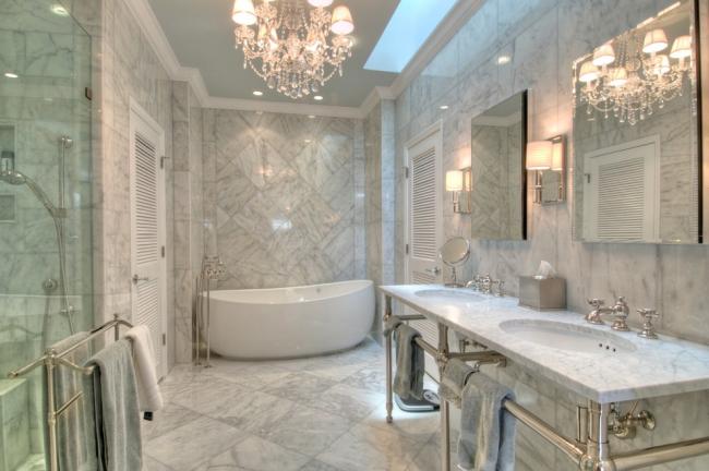Хрустальная люстра в интерьере ванной комнаты