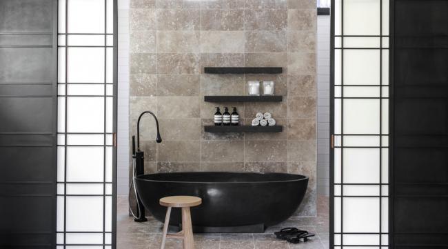 Сочетать плитку под камень для отделки стен и пола уместнее в помещениях с минималистичным дизайном