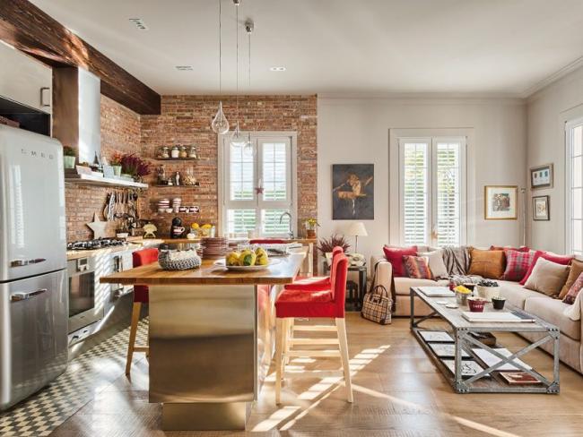 Красочное оформление студийной кухни в стиле лофт