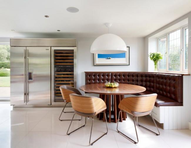 Особый микроклимат в кухонном помещении диктует более тщательный подход к выбору обивки мебели