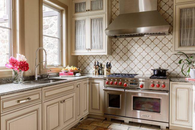 Кухня нежного бежевого цвета с глянцевыми поверхностями выглядит очень эффектно