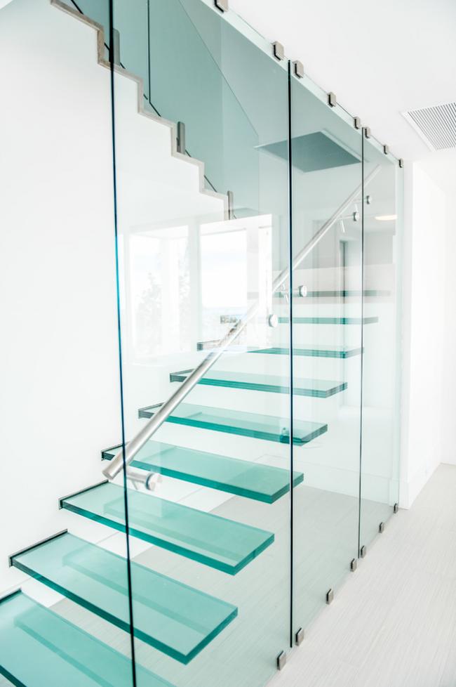 Лестница из стекла не загромождает помещение и создает эффект легкости