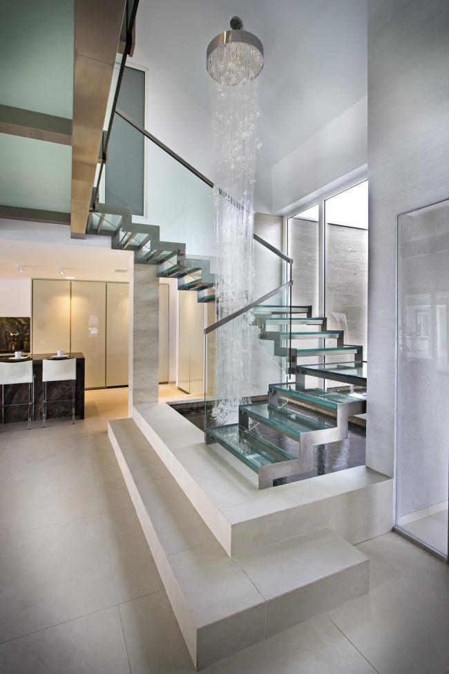 Использование стекла и металла при оформлении интерьера поможет подчеркнуть современный стиль