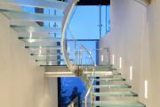 Фото 24 Лестницы из стекла: все, что нужно знать о монтаже и эксплуатации