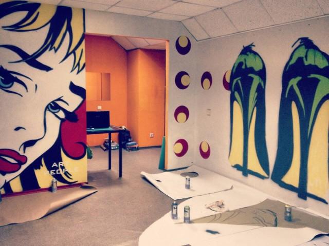 Маленький секрет: комнату в стиле поп-арт можно декорировать своими руками, используя трафарет и баллоны с краской