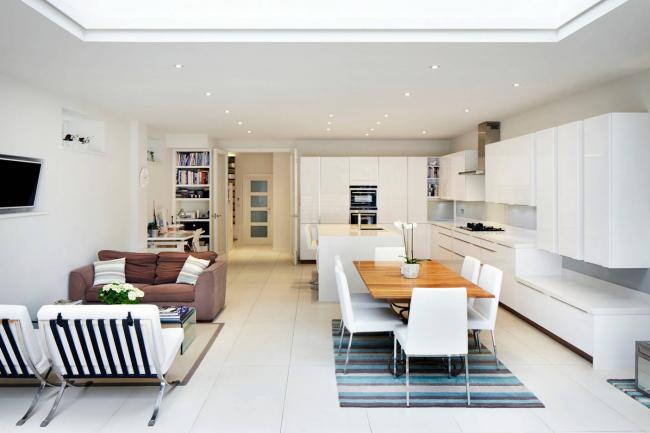 Кухонный гарнитур в белом цвете смотрится очень благородно