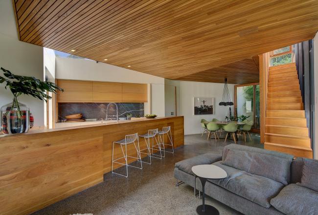 Отделка из натурального дерева в интерьере в стиле модернизм