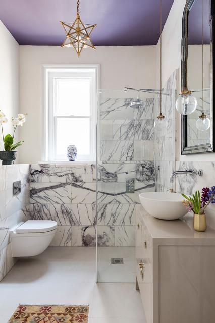 Стильная ванная комната в фиолетово-белой гамме