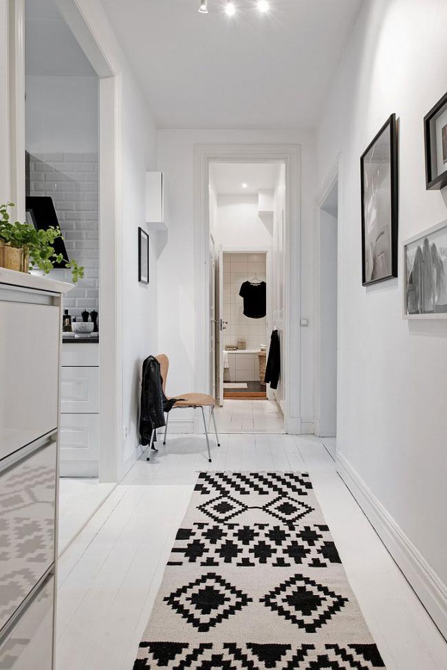 В узком белоснежном помещении можно применить контрастный декоративный текстиль