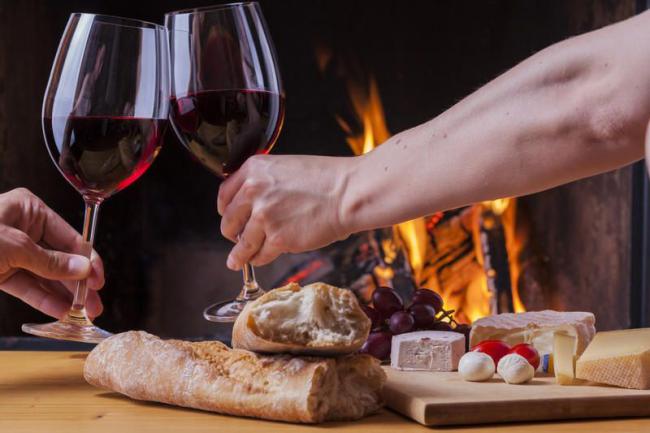 Легкие закуски и бокал вина помогут расслабиться