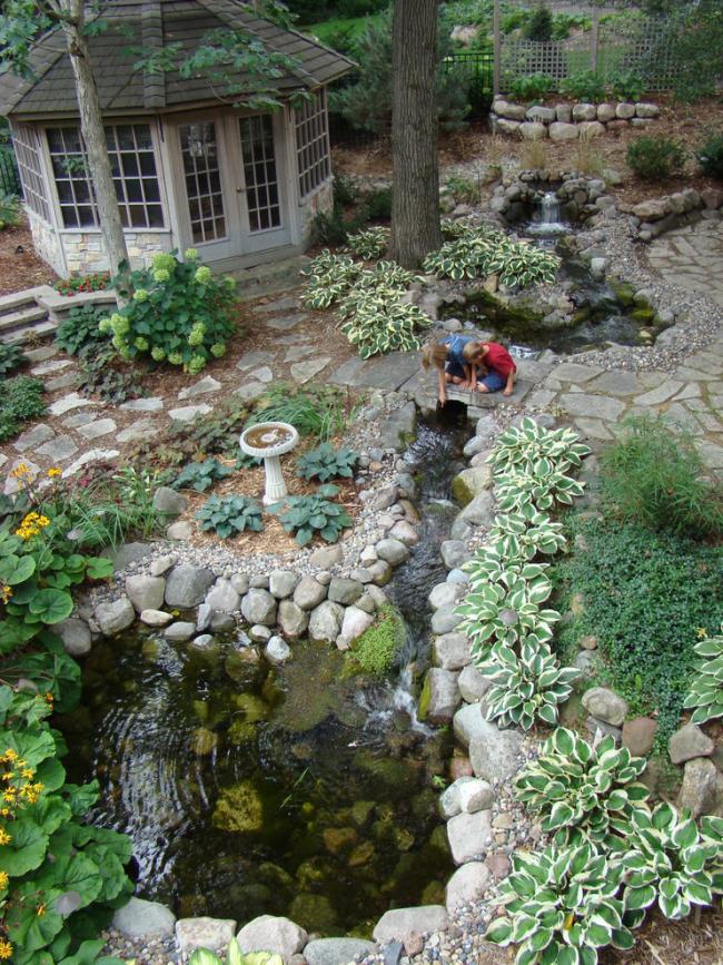 Прекрасный ландшафтный дизайн с декоративным прудом