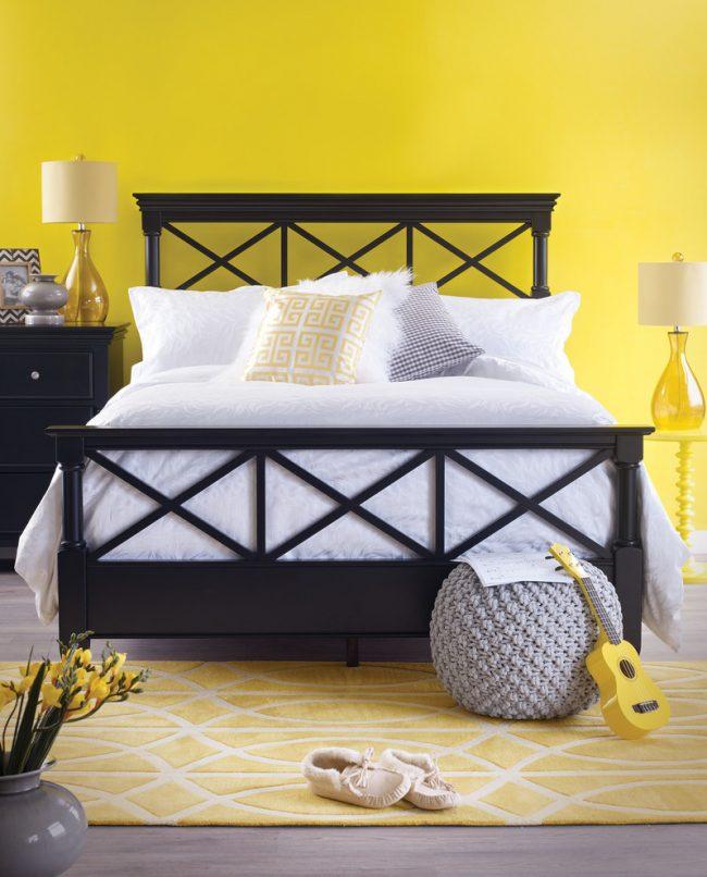 Светлый интерьер спальни в желтых тонах в сканди-стиле