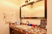 Фото 1 Выбираем столешницу для ванной из мозаики: дизайн, материалы и особенности укладки