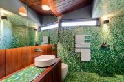 Фото 3 Выбираем столешницу для ванной из мозаики: дизайн, материалы и особенности укладки
