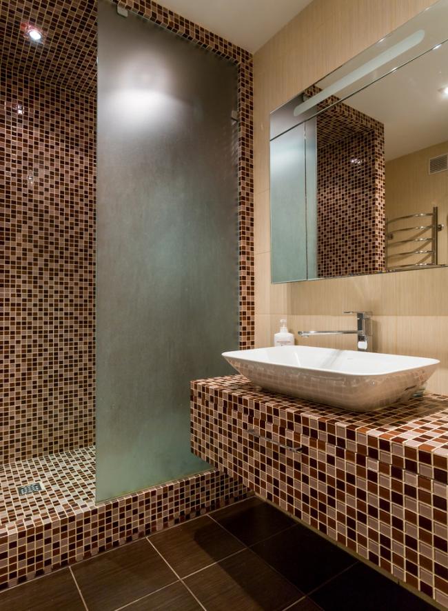 Пестрая отделка поверхностей в дизайне гигиенической комнаты
