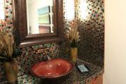 Фото 4 Выбираем столешницу для ванной из мозаики: дизайн, материалы и особенности укладки