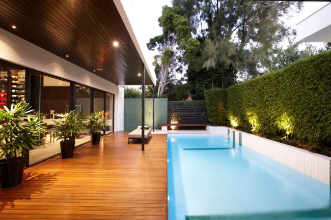 Контрастный дизайн фасада загородного дома
