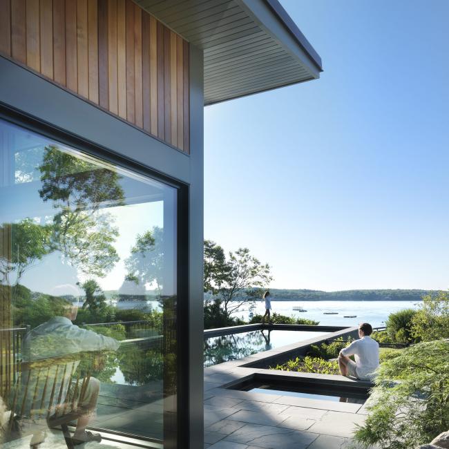 Стильный загородный дом с прекрасным видом на водоем