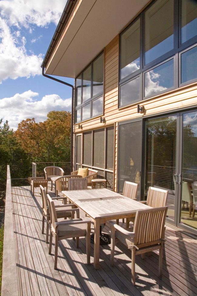 Деревянная терраса двухэтажного дома