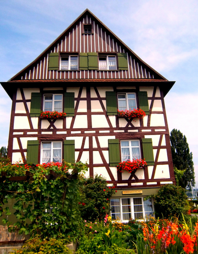 Контрастный фасад немецкого дома
