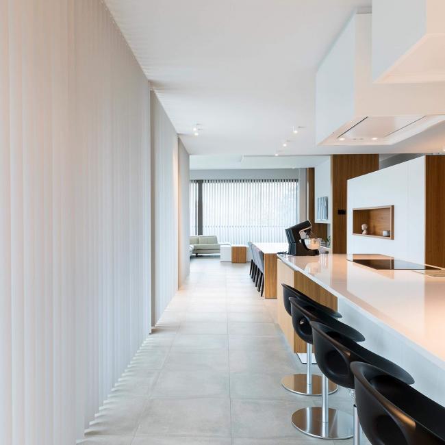 Минимализм в интерьере кухни, совмещенной со столовой