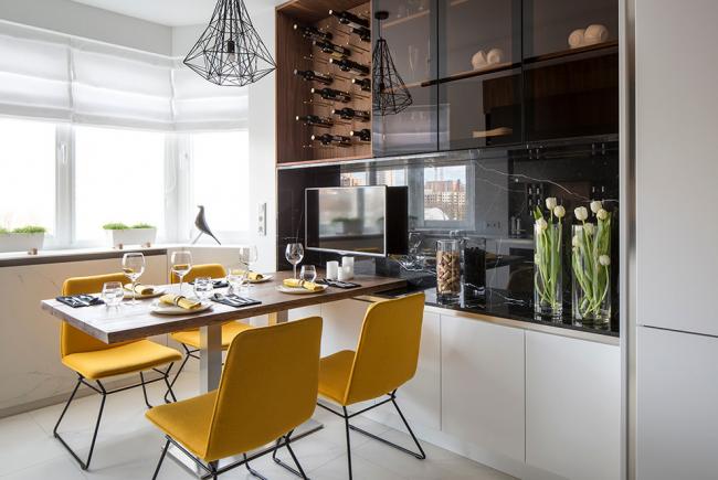 Стильная и яркая кухня с желтыми стульями