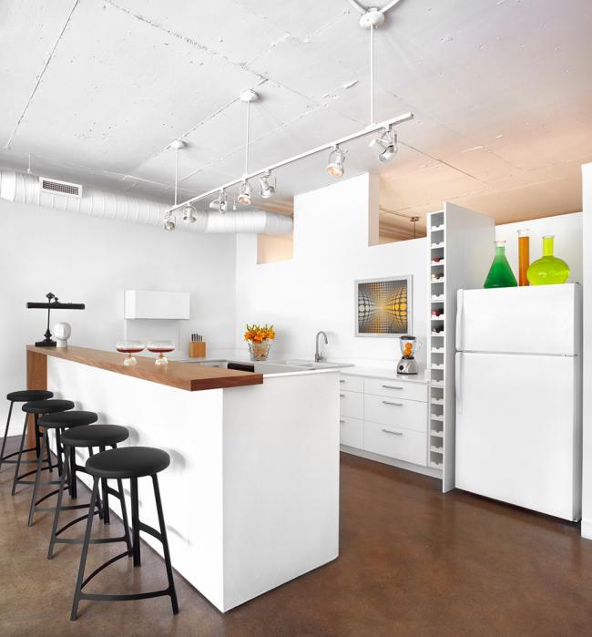 Белоснежная кухня со встроенным шкафом для бутылок