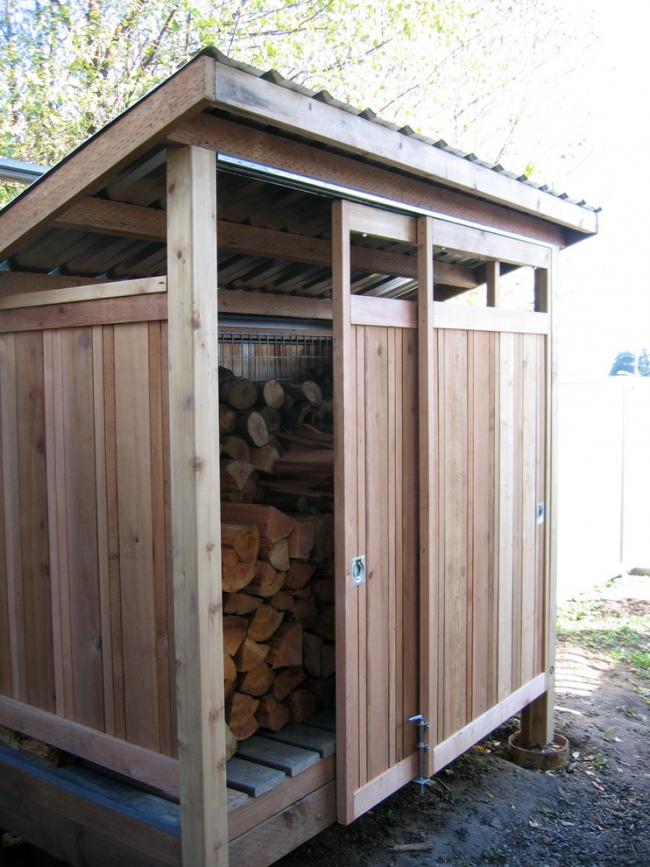 Небольшой сарай для хранения дров