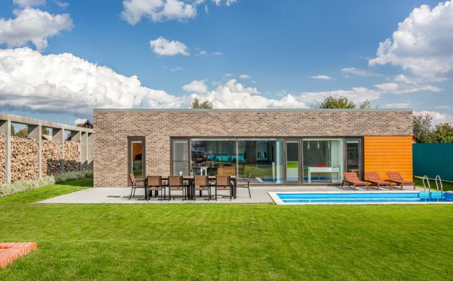 Современный одноэтажный дом с бассейном