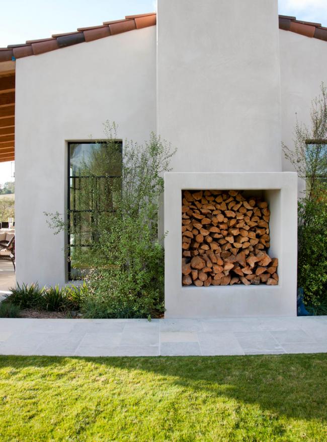 Каменная пристройка к зданию для хранения дров