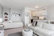 Фото 14 Советы дизайнеров: как спланировать зонирование и интерьер спальни-гостиной на 17 кв. м