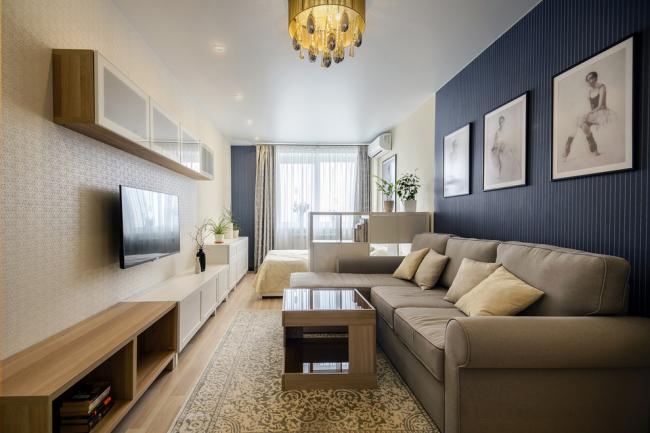 Вытянутая планировка комнаты с зонированием с помощью цвета обоев на стене