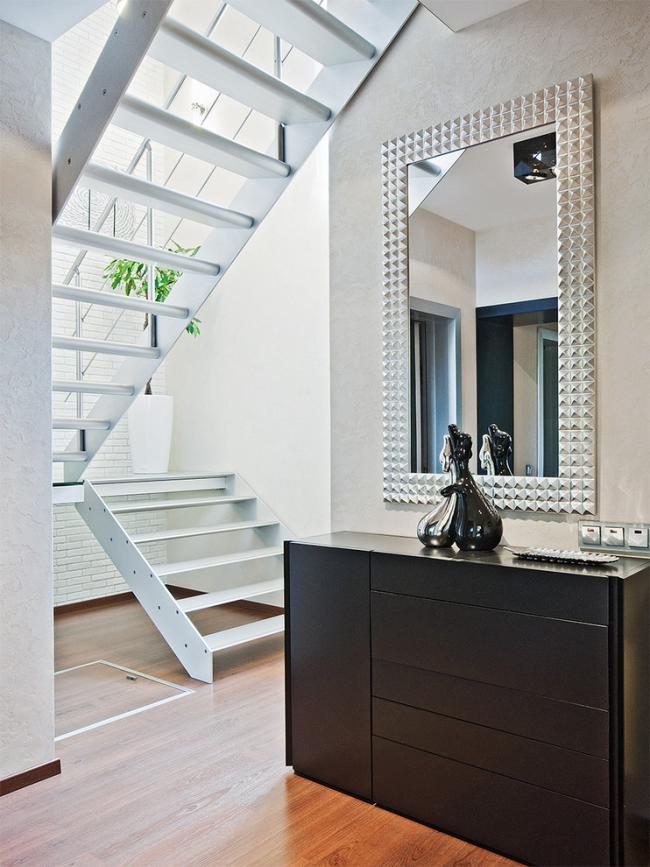 Современный интерьер прихожей с зеркалом