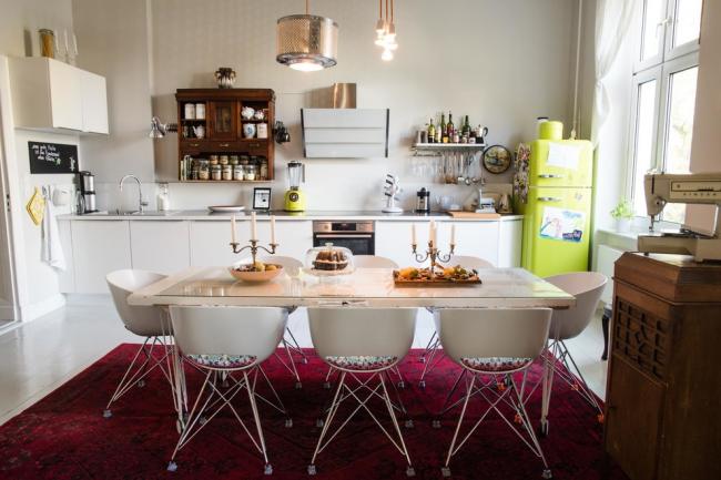Студия в стиле фьюжн с ярким лимонным холодильником