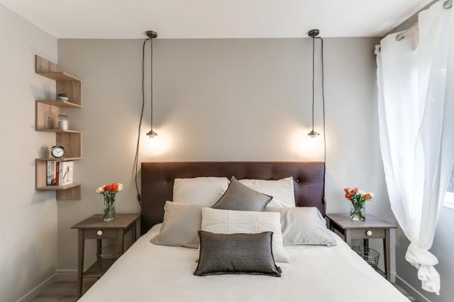 Потолочные подвесные светильники у изголовья кровати
