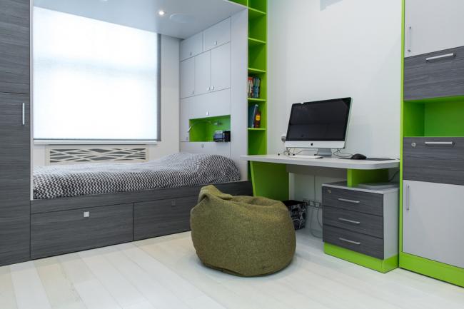 Удобная планировка с кроватью у окна