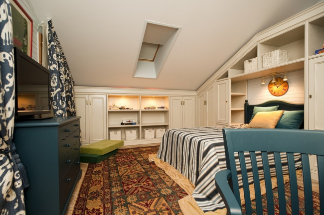 Мансардная спальня частного дома