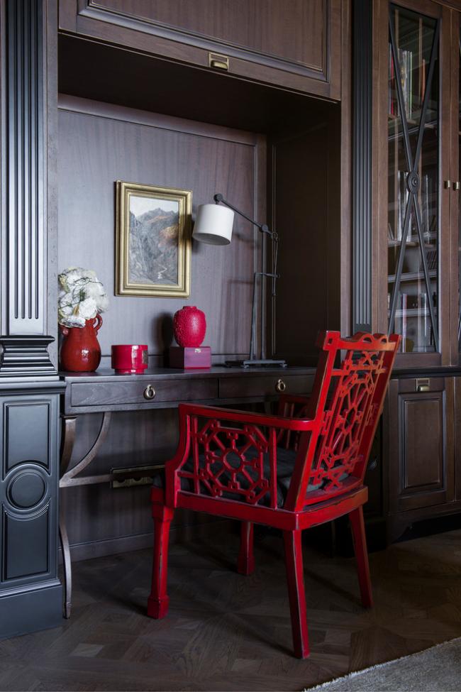 Крашеный красный резной стул приковывает к себе внимание