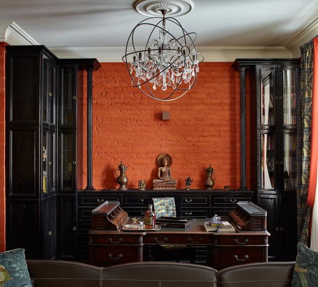 Крашеная кирпичная стенка в кабинете стиля фьюжн