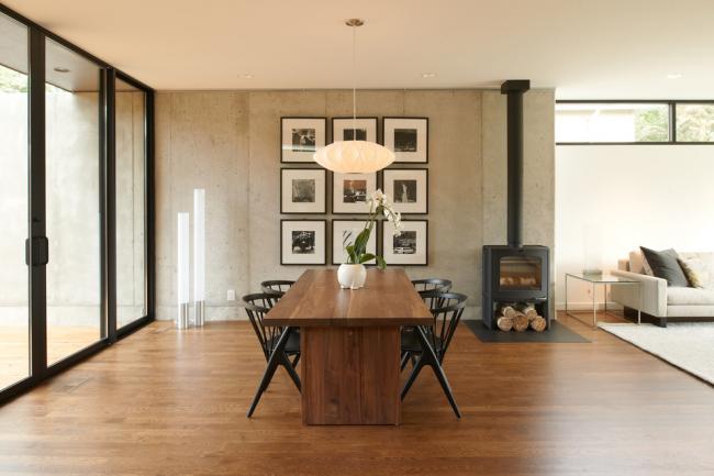 Черные стулья хорошо сочетаются с темно-коричневым столом