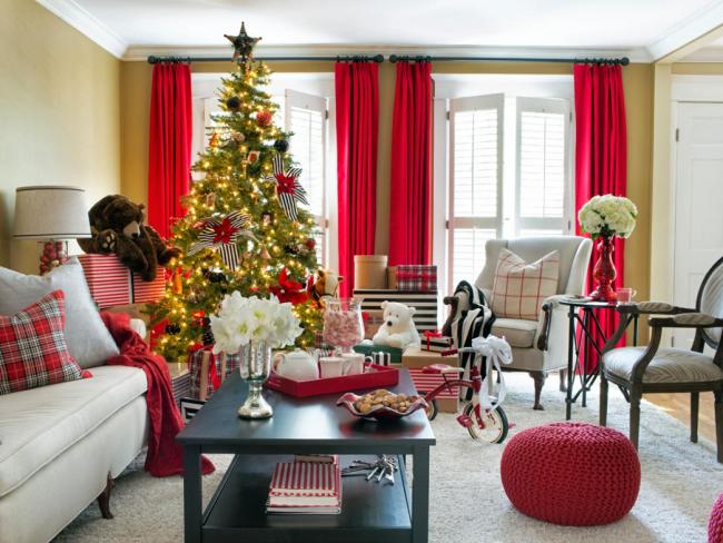 Красные шторы дополнены красным украшением на елке